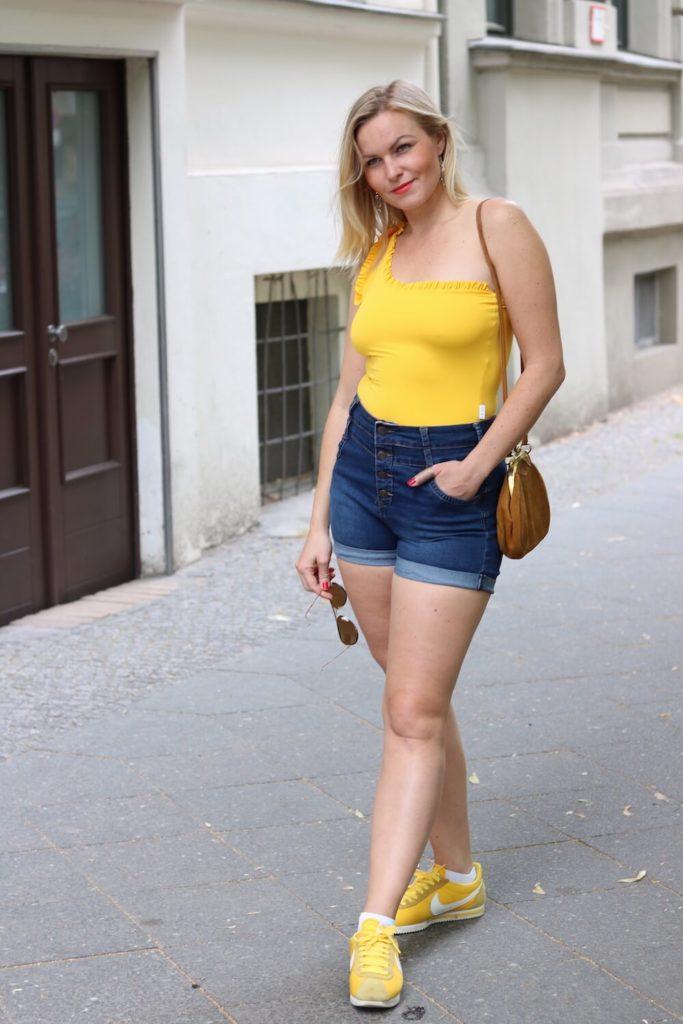 Sommer Outfit mit dem Bumble x SWIM WITH MI Badeanzug. EIn Ganzkörperbild.