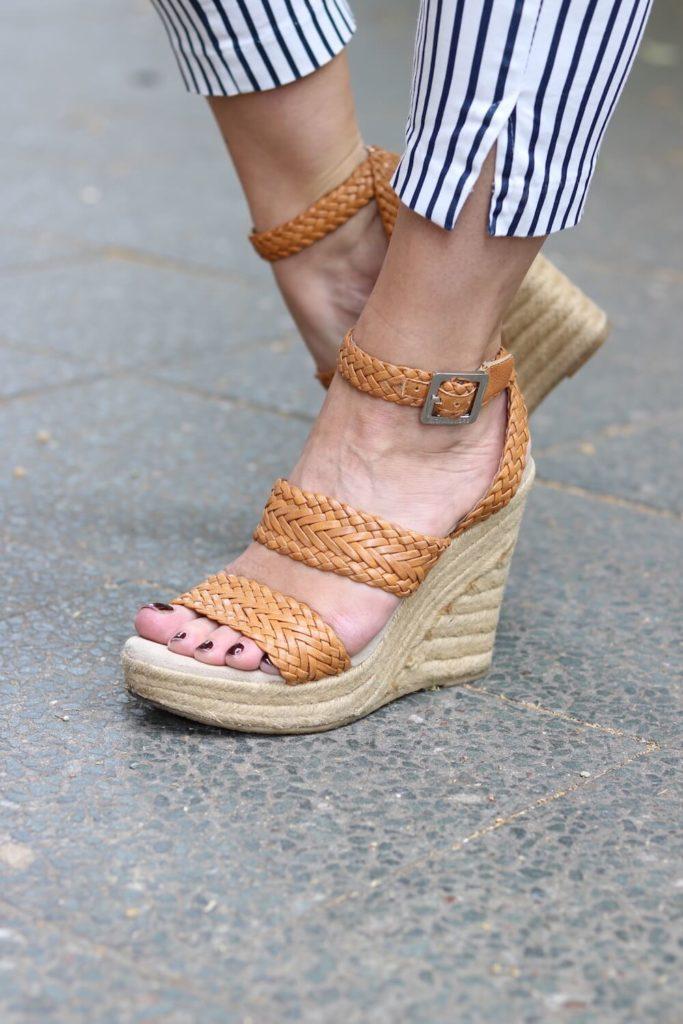 Sommer Outfit mit dem Bumble x SWIM WITH MI Badeanzug. Detailansicht auf dei Schuhe.
