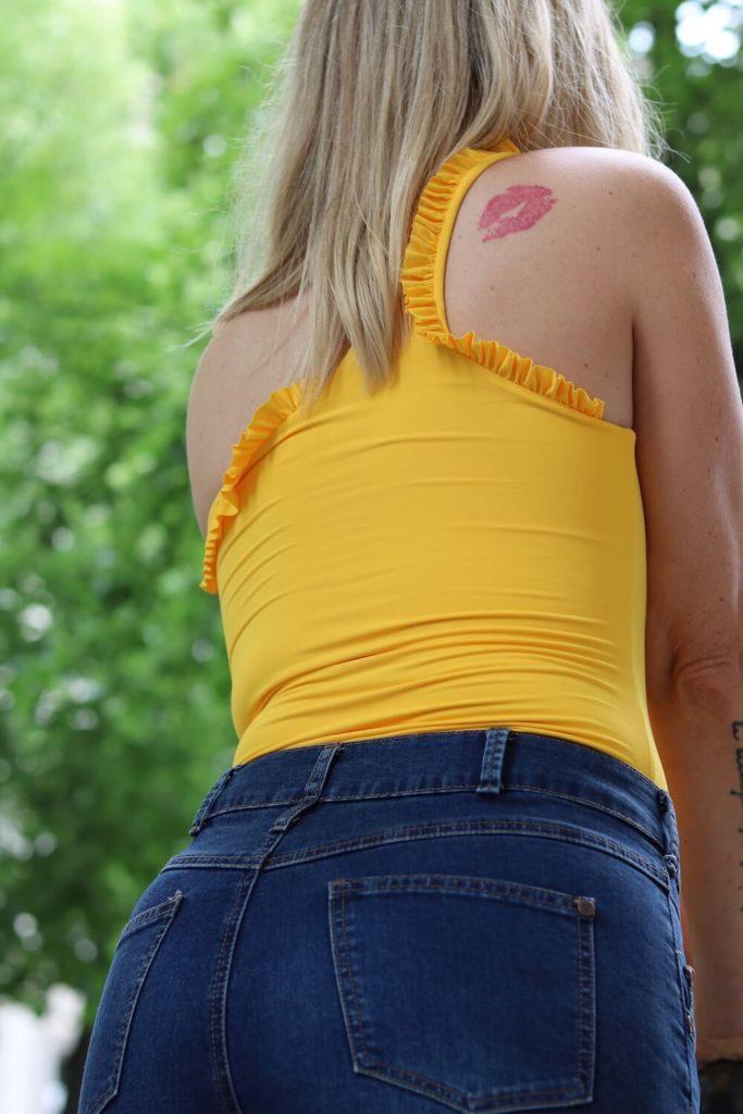 Sommer Outfit mit dem Bumble x SWIM WITH MI Badeanzug. Rückenansicht.