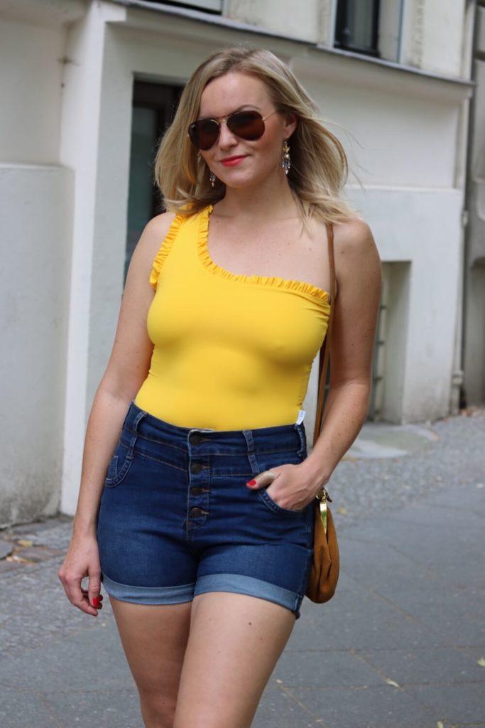 Sommer Outfit mit dem Bumble x SWIM WITH MI Badeanzug. Frontalansicht.