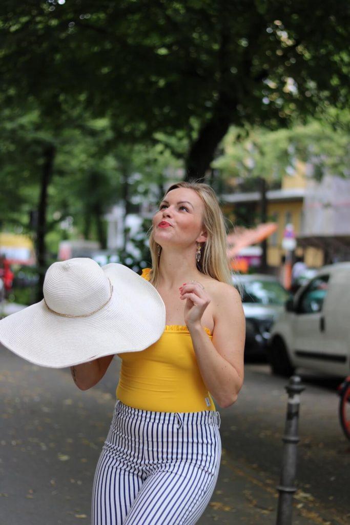 Sommer Outfit mit dem Bumble x SWIM WITH MI Badeanzug. Hannah hat der Hut gerade gefangen.