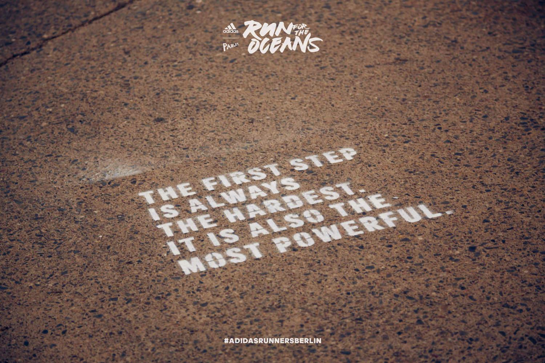 Der Run for the Oceans von adidas x Parley in Berlin. Im Bild ein Slogan vom Lauf.