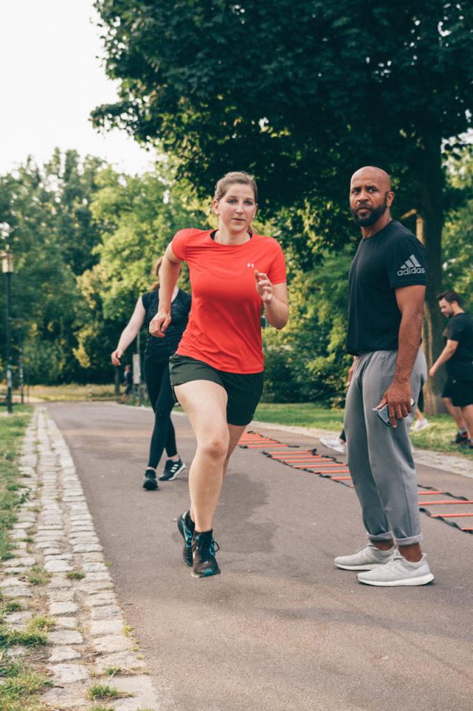 Maedchen rennt HIIT Training