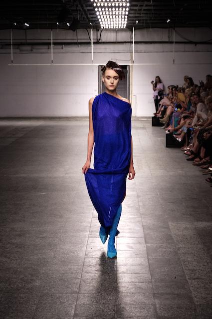 Dawid Tomaszewski SS19 Berlin Fashion Week Kleid Blau
