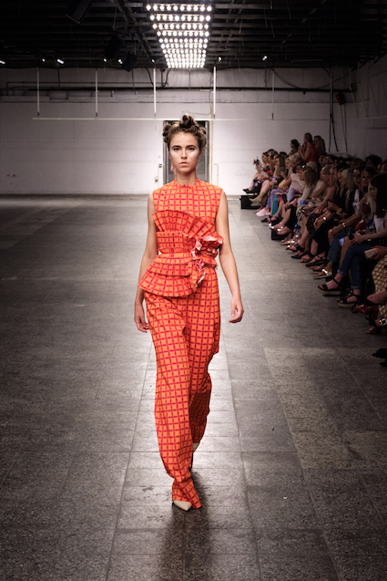 Dawid Tomaszewski SS19 Berlin Fashion Week Look komplett orange rot