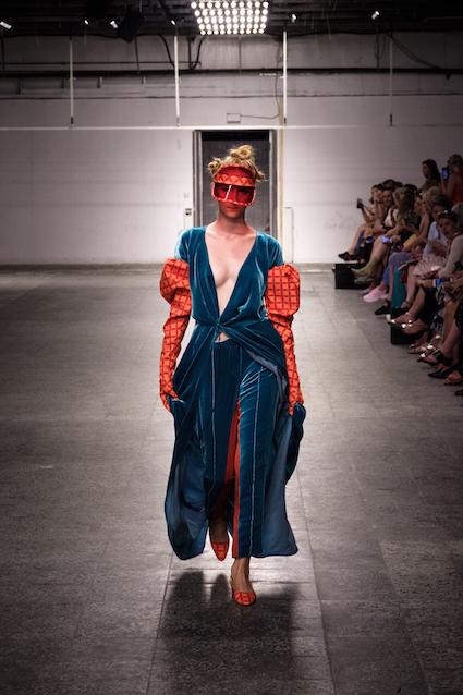 Dawid Tomaszewski SS19 Berlin Fashion Week Look Komplett blau orange