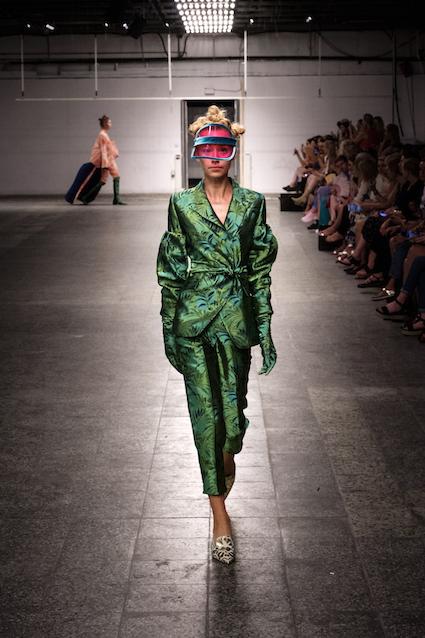 Dawid Tomaszewski SS19 Berlin Fashion Week Look komplett gruen