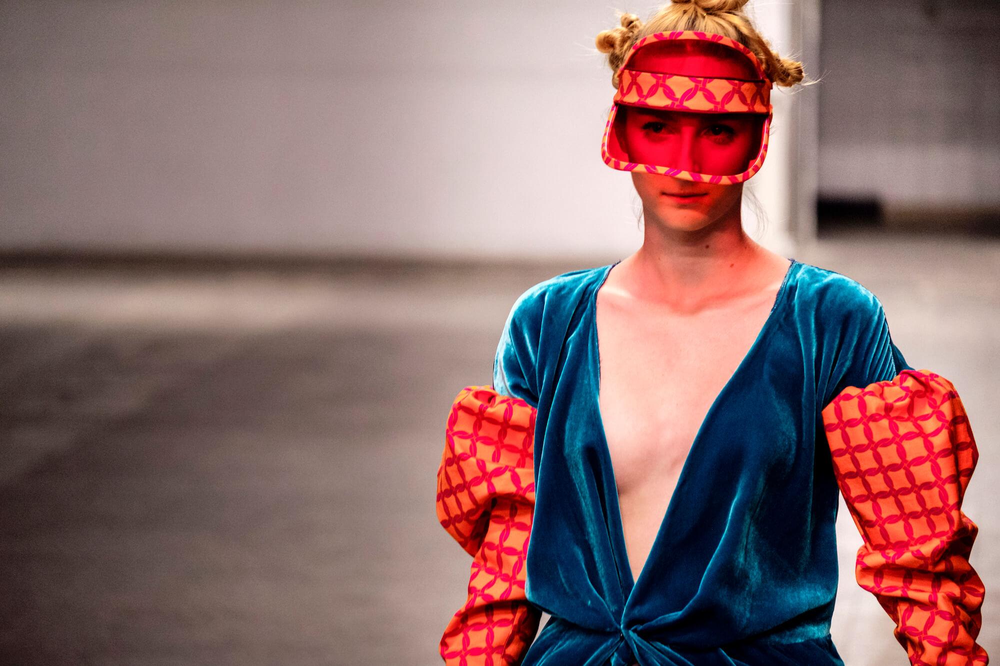 Dawid Tomaszewski SS19 Berlin Fashion Week Look blau mit Sonnenschutz rot
