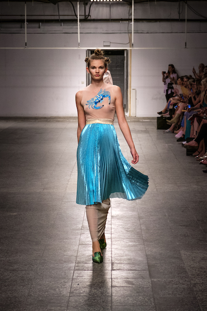 Dawid Tomaszewski SS19 Berlin Fashion Week Plissee Rock tuerkis
