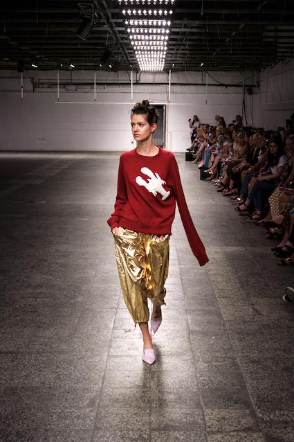 Dawid Tomaszewski SS19 Berlin Fashion Week Pullover rot Hose gold