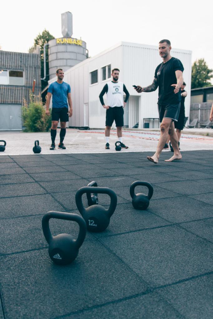 Sportequipment Kugelhantel Kettlebell bei der 6 Wochen Challenge