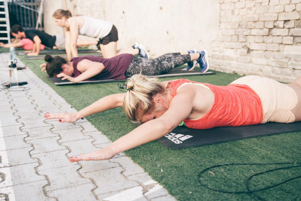 Core Training auf dem Bauch bei der 6 Wochen Challenge