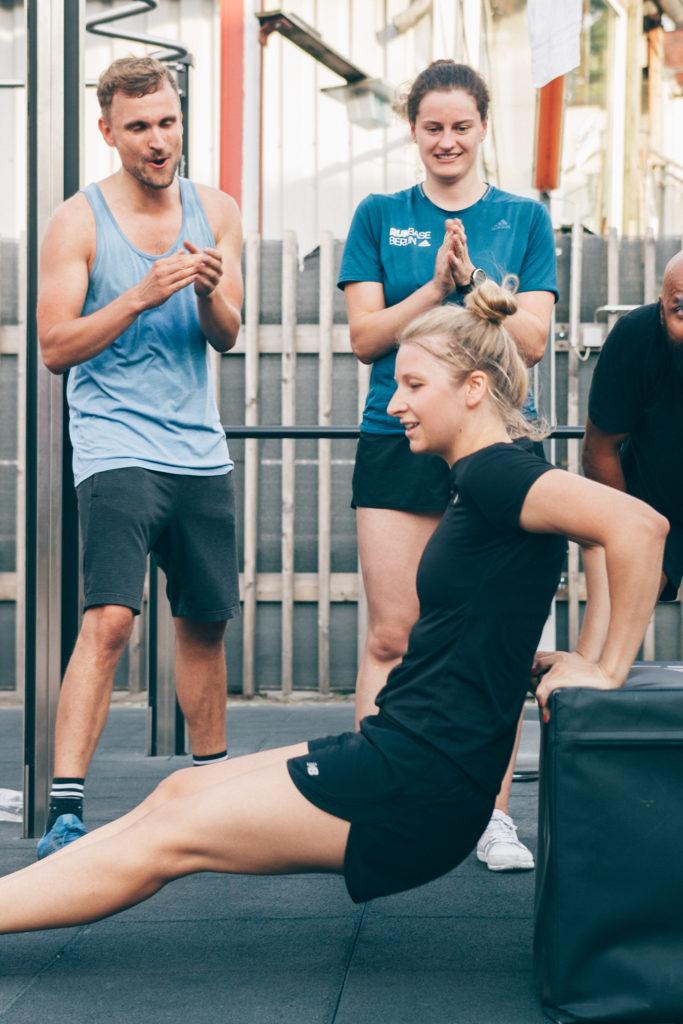 Junge Frau macht dips armtraining bei der 6 Wochen Challenge