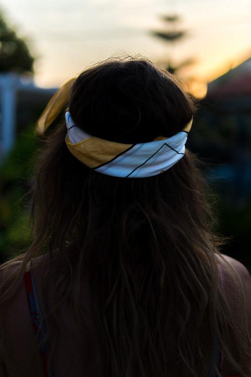 Bandana Frisuren. Offenes Haar und Bandana als Stirnband.