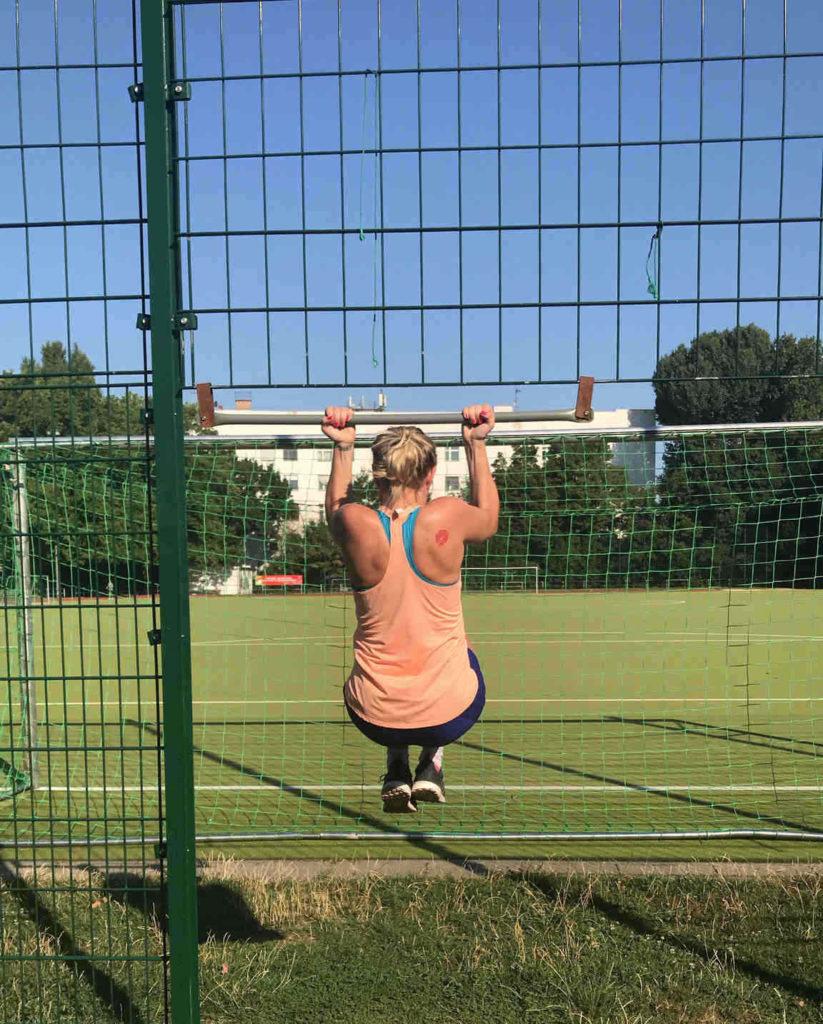 6 Wochen Challenge Frau macht Klimmzug