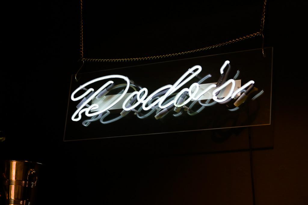 Leuchtstofftafel von Dods's Blow Dry Bar. Der Ort für den perfekten Blow Out und Blow Dry.