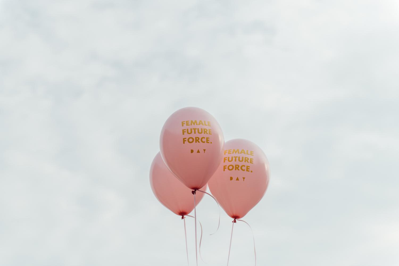 Ballons mit dem Female Future Force Day Logo