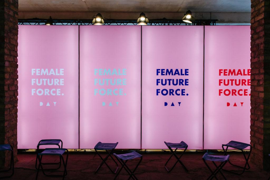 Leuchtende Wand mit der Aufschrift Female Future Force zum FFF Day