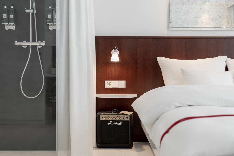 Detail Ansicht des Zimmers im Ruby Coco Hotel mit Dusche Verstaerker und Bett