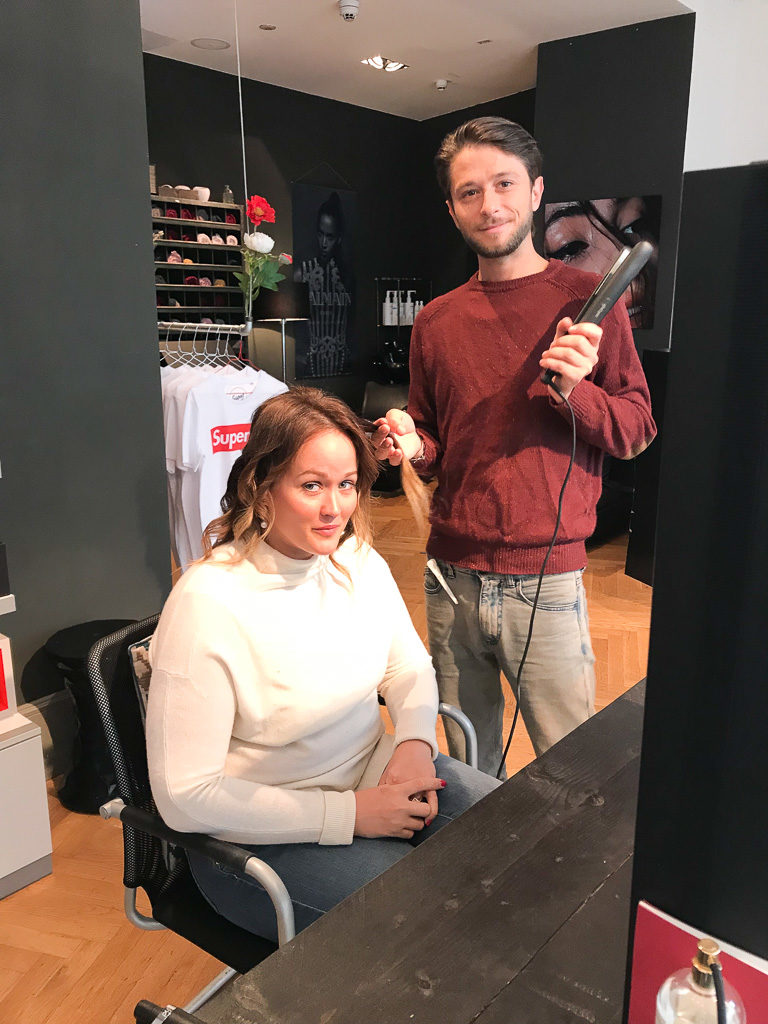 Jen beim Styling von Dominik Keller in Dodo's Blow Dry Bar.
