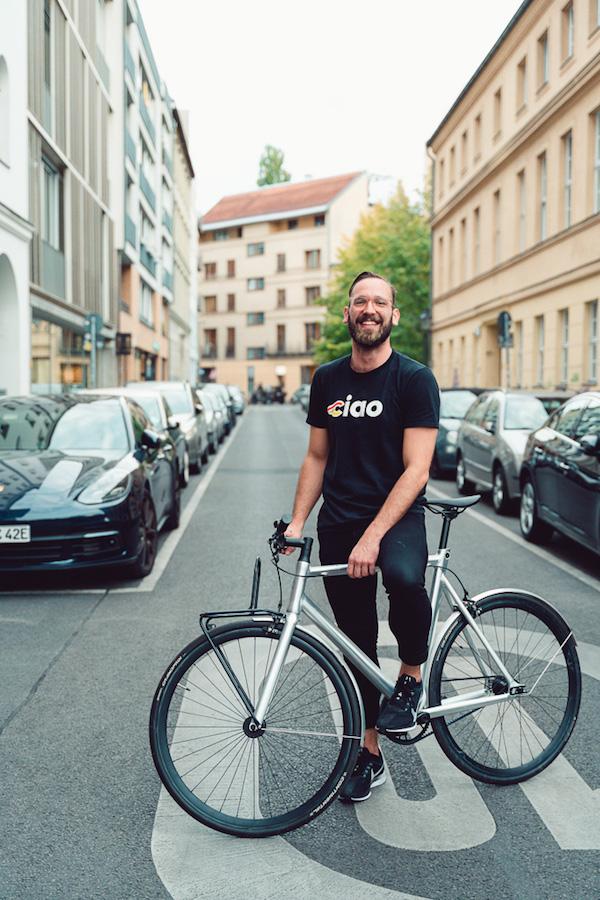 Wunderlist Mitgründer Jan Martin auf dem Fahrrad vor seinem Start-Up Büro Pitch