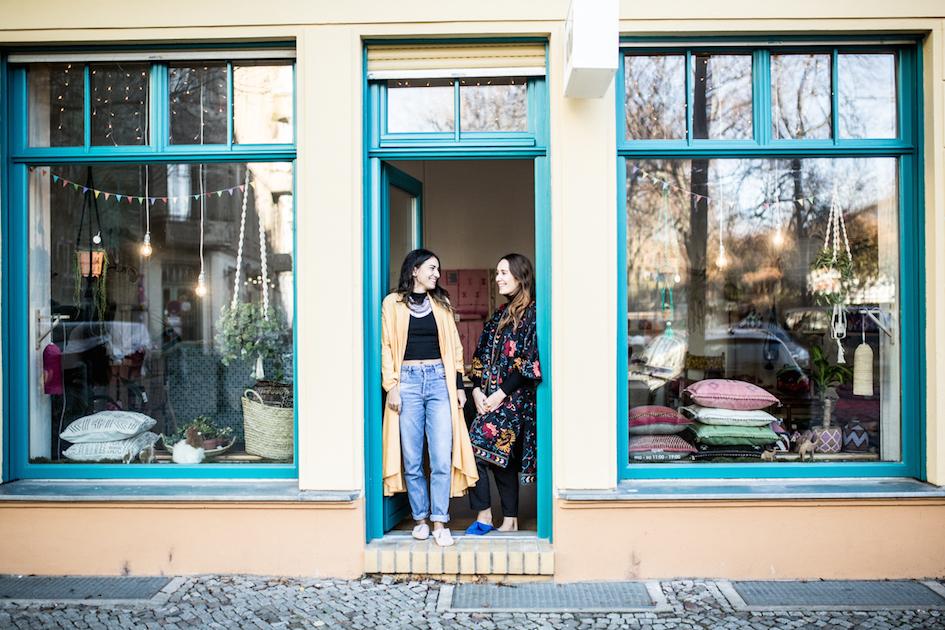 Die beiden Gruenderinnen des Nandi Berlin Leonie Arau und Vanessa Engelkes vor dem Laden