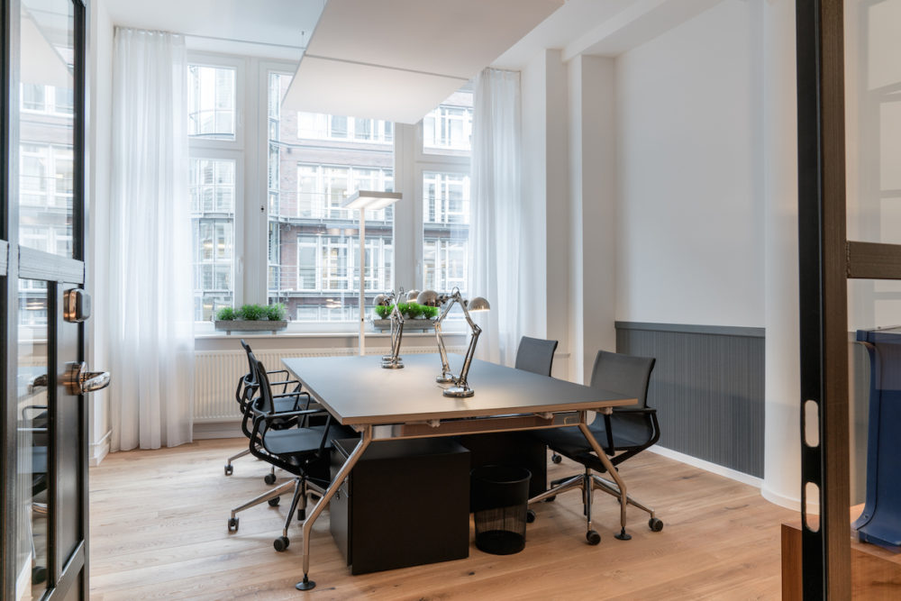 Grosser heller Meetingraum in den RUBY HANS WORKSPACES in Hamburg