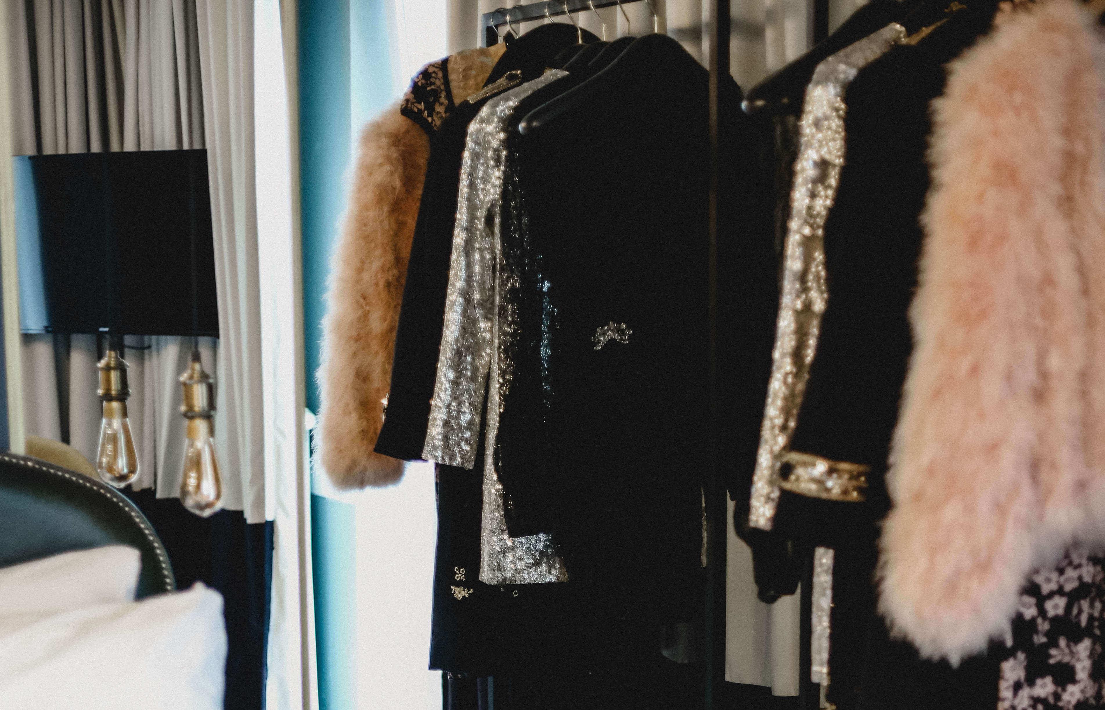 Klamotten-Tausch-Partys sind im Kommen. Immer mehr Menschen wollen nicht wahllos einkaufen, sondern ihre alten Klamotten gegenseitig tauschen.