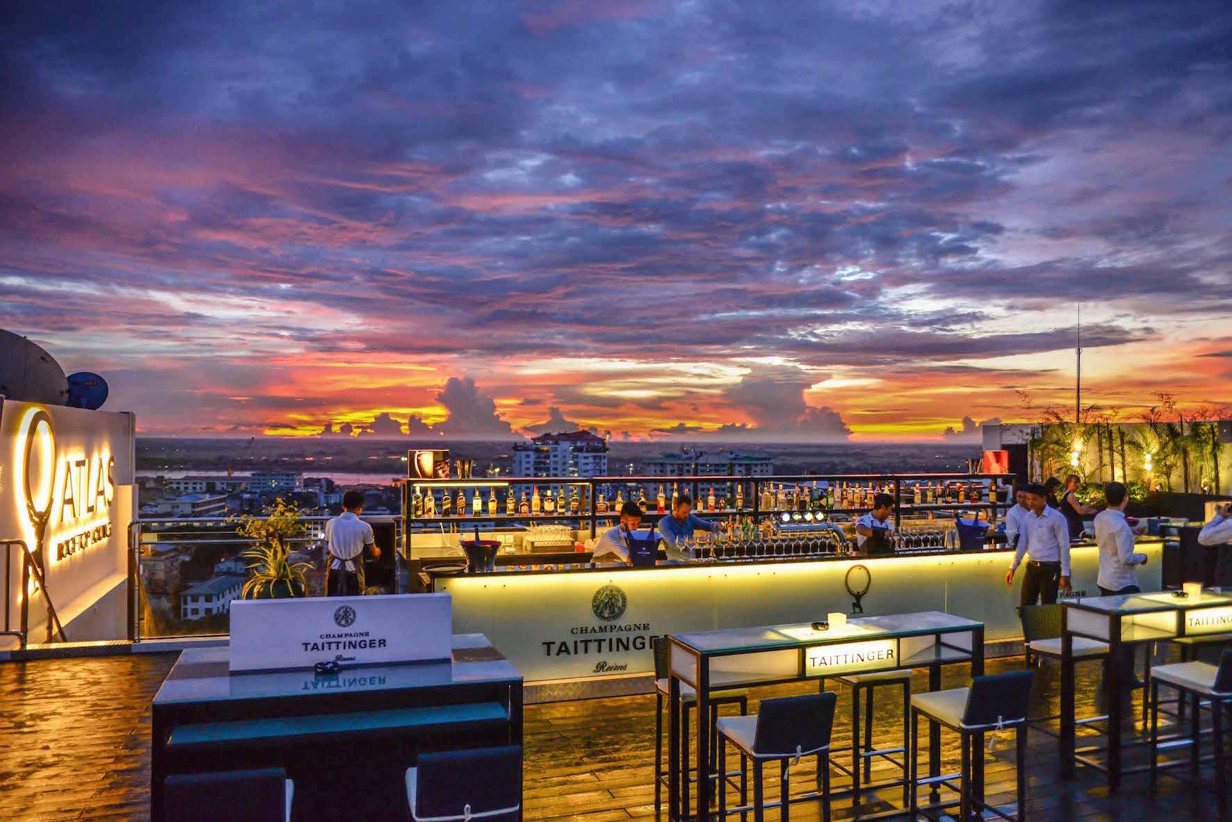 Ausblick auf die Bar und Himmel von der Atlas Rooftop Bar in Yangon