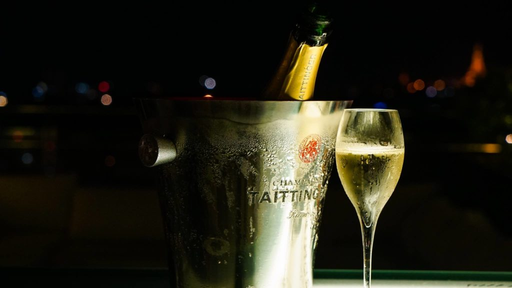 Flasche Taittinger Champagner in der Atlas Rooftop Bar in Yangon
