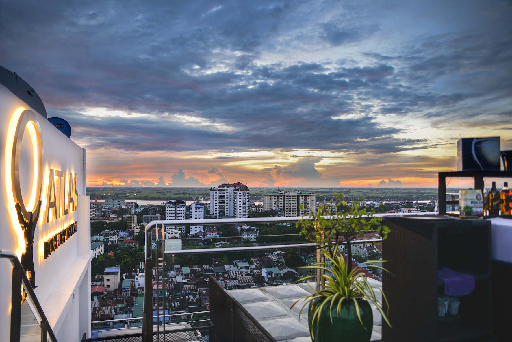 Daemmerung auf der Atlas Rooftop Bar in Yangon