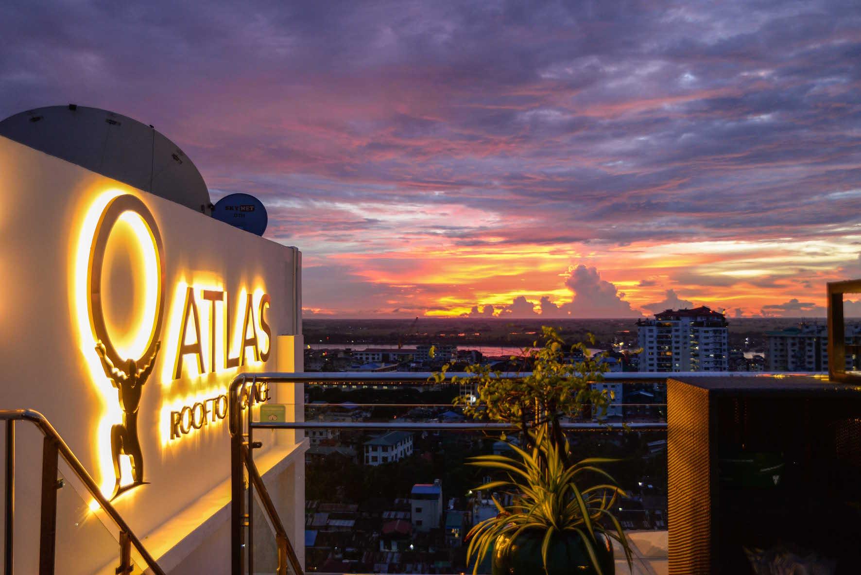 Sonnenroete auf der Atlas Rooftop Bar in Yangon