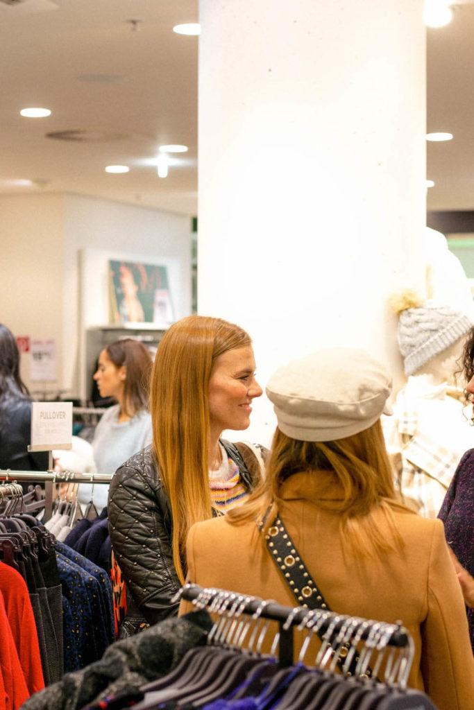 Eine Swap party auch Klamottentausch-Party genannant im Promod Store am Potsdamer Platz.