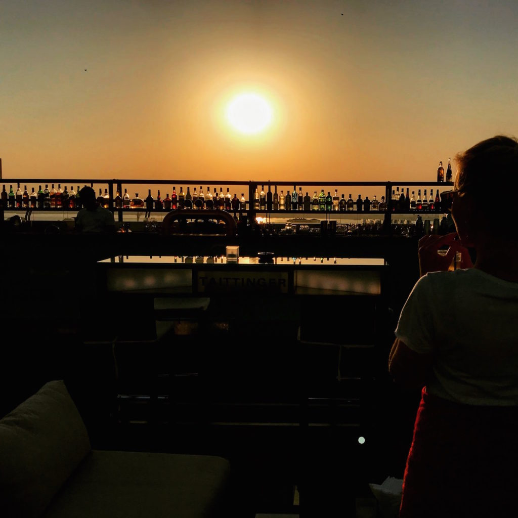 Hannah auf der Atlas Rooftop Bar beim Sonnenuntergang