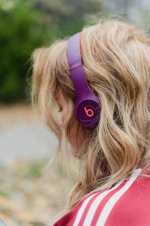 Ein Bild von Jen mit Beats im Detail.