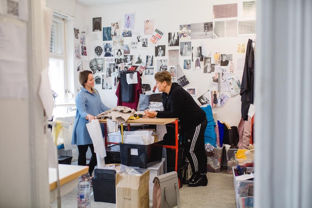Interview mit Dawid Tomaszewski. Im Bild der Designer selbst und Redakteurin Jeniffer Gontovos.