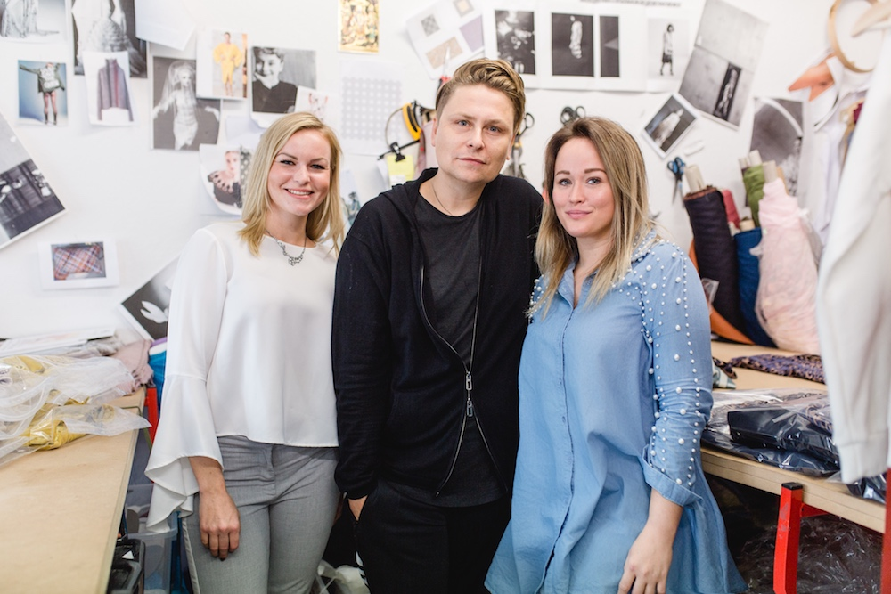 Bild vom Overview Magazine Team mit Mode-Designer Dawid Tomaszewski.