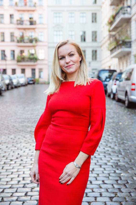 Business Frau Hannah trägt ein rotes Kleid des nachhaltigen Modelabels J.Jackman
