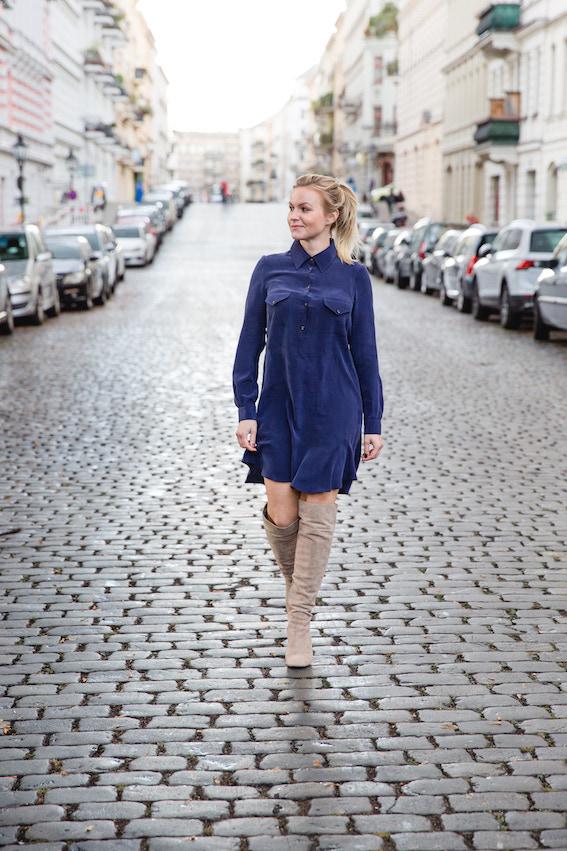 Business Frau Hannah trägt ein blaues Seidenkleid des nachhaltigen Modelabels J.Jackman