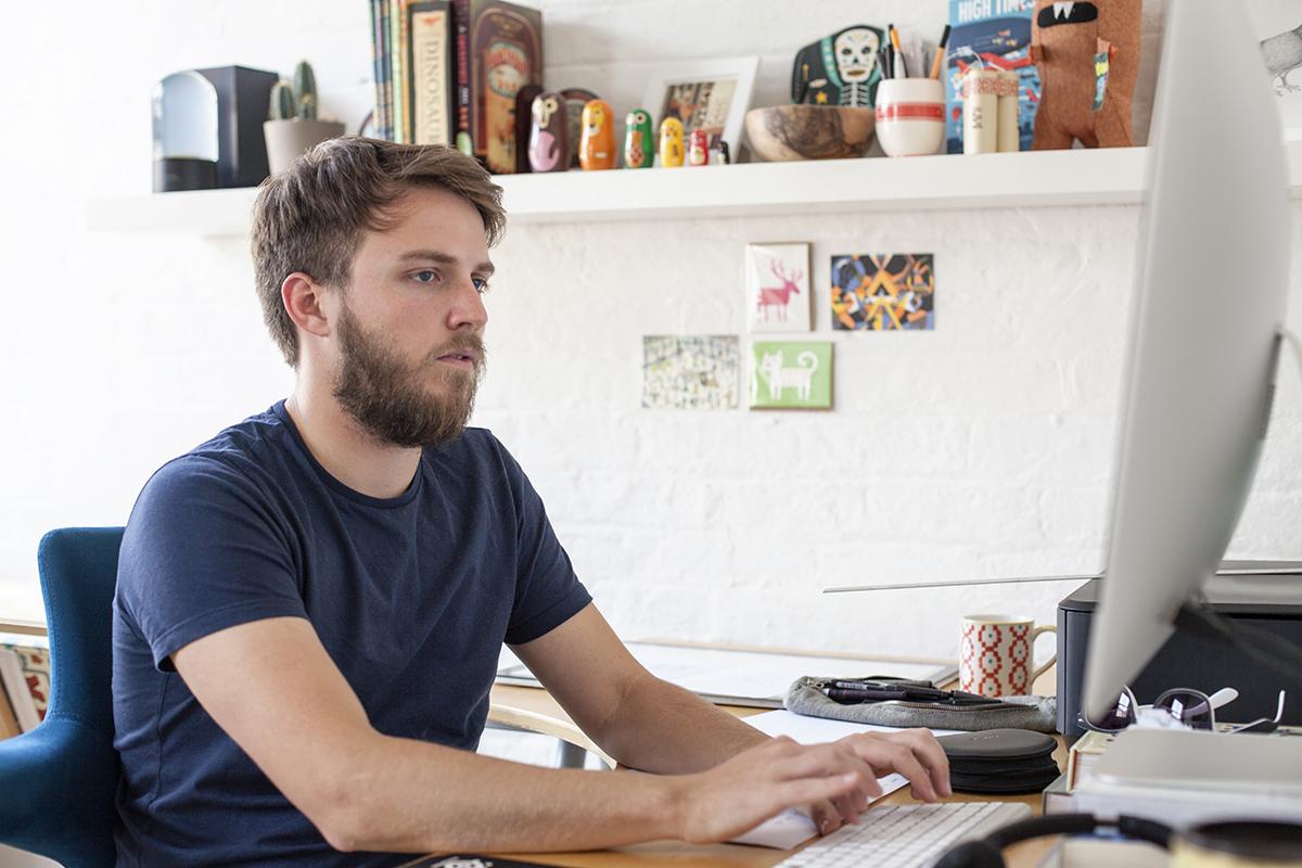 Illustrator Owen Davey am Computer bei der Arbeit