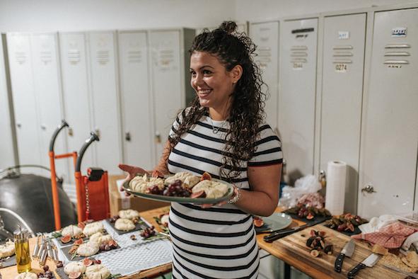 Foto von Klarida mit ihrem selbstgemachten Kaese der Airbnb Entdeckungen