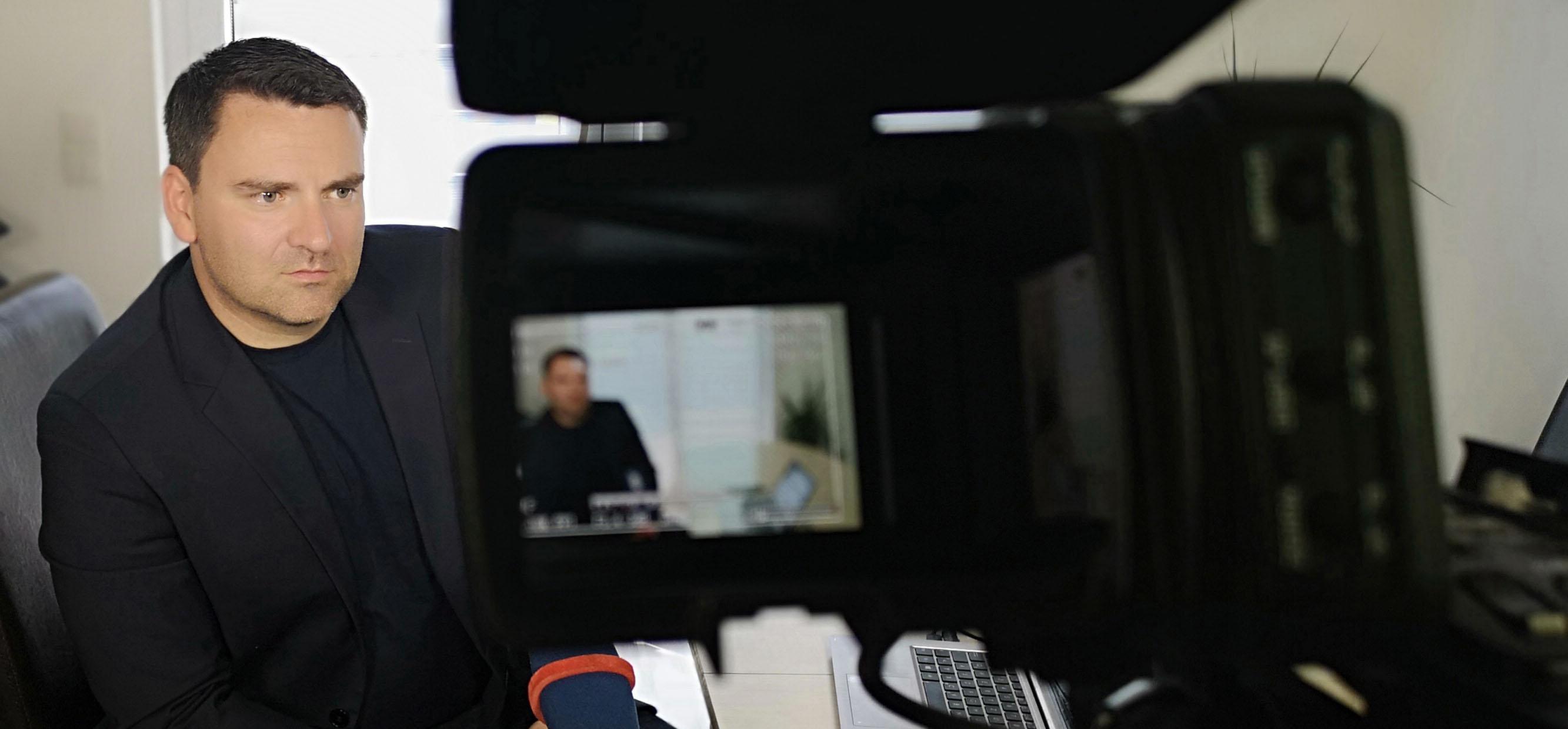 Cyberkriminologe Thomas-Gabriel Ruediger beim Interview vor der Kamera