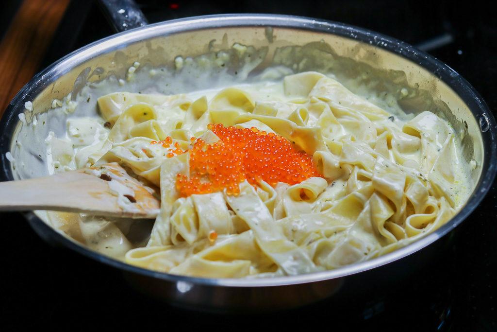 Rezeptidee fuer Valentinstagsmenue Nudeln in der Pfanne mit Kaviar