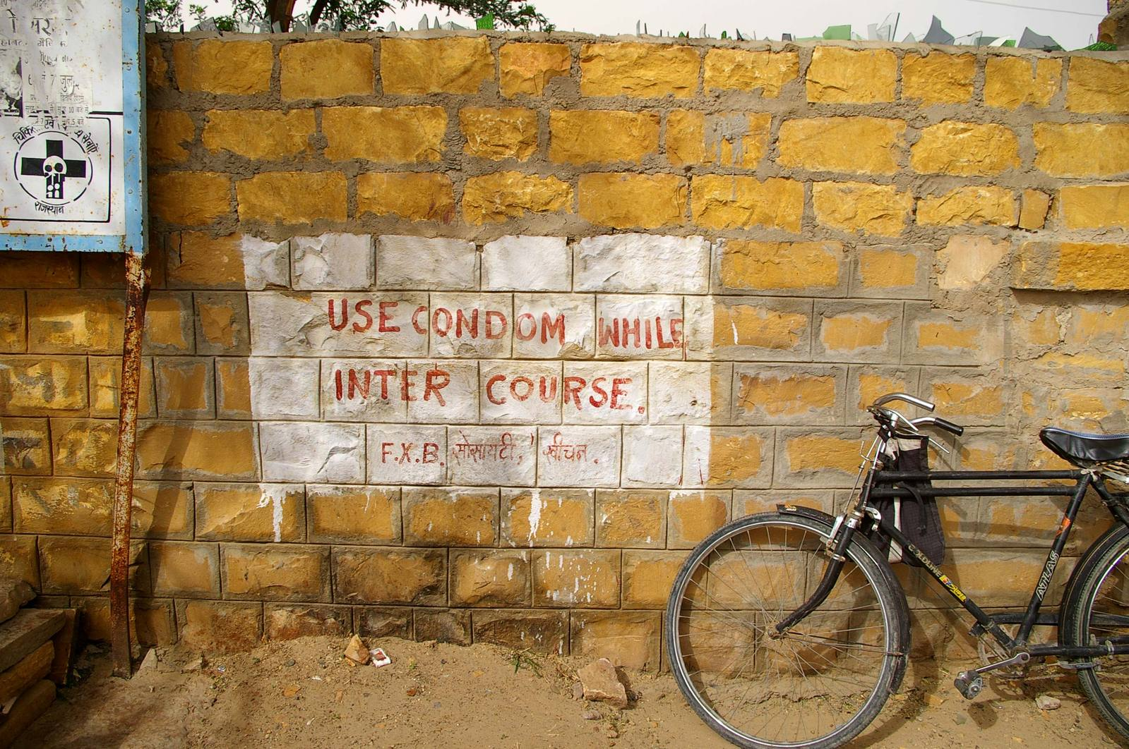 Ein Graffiti auf dem Steht Use Condom while intercourse