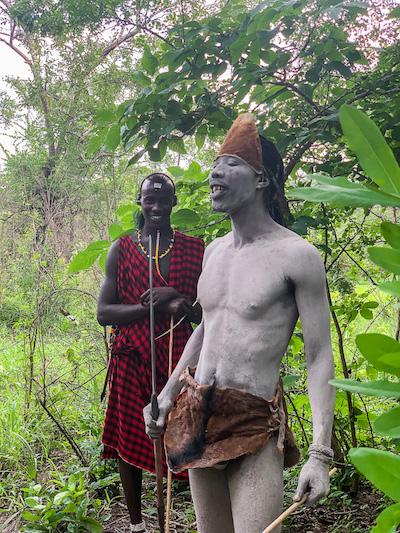 2 Massai halten eine Rede bei der Safari in Tansania im Selous Game Reservat.