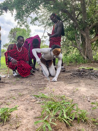 Massai auf der Safari in Tansania im Selous Game Reservat beim Feuer machen.