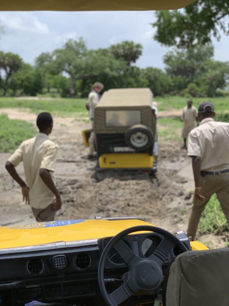 Der Wagen bleicht im Matsch stecken auf der Safari in Tansania im Selous Game Reservat.