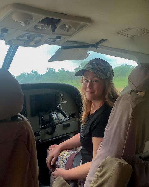 Jen im Charterflugzeug auf der Safari in Tansania im Selous Game Reservat.
