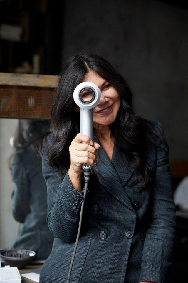 Starstylistin Wendy Iles mit dem Dyson
