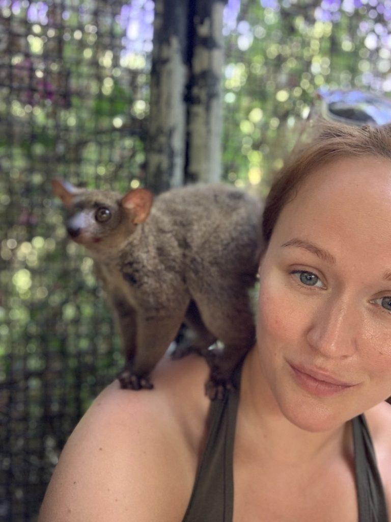 Redakteurin Jen und ein Bush Baby im Wildtierreservat Cheetah's Rock.